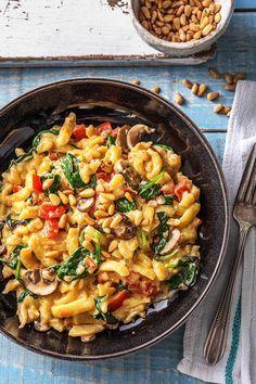 Rezept: Sommerliche Spinat Spätzle Pfanne in cremiger Soße mit Pinienkernen Die vegetarische Spätzlepfanne in cremiger Soße hast Du in nur 30 Minuten zubereitet! Hellofreshde / Kochen / Essen / Ernährung / Kochbox / Zutaten / Gesund / Schnell / Einfach / DIY / Gericht / Blog / Leicht #spätzle #pfanne #vegetarisch #sommer #frühling #hellofreshde #kochen #essen #zubereiten #zutaten #diy #rezept #kochbox #ernährung #gesund #leicht #schnell #einfach