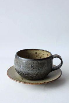 mayumi yamashita 'make me me': kohiki / Tea Ceremony Japanese Ceramics, Japanese Pottery, Pottery Mugs, Ceramic Pottery, Earthenware, Stoneware, Wabi Sabi, Rustic Ceramics, Ceramic Clay