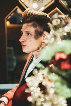 Merry Christmas🥂💛🌲 #modnerozmowy #christmas #ootd #christmastree #christmasoutfit #christmasdecorations #boy #menstyle #men #mensfashion #elegant #elegantoutfit #swieta #dandy #dandystyle #polishboy #corazblizejswieta #look #gentleman #warszawa #xmas