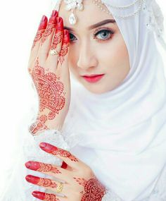 so pretty,hijab and henna ideas. Muslim Brides, Muslim Girls, Muslim Women, Bridal Hijab, Hijab Bride, Niqab, Beautiful Hijab, Beautiful Bride, Beautiful Eyes