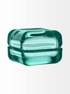 Lasitaiteilija Anu Penttisen suunnittelema ihastuttava rasia, johon voit laittaa lempiesineesi kauniisti esille. Materiaali on käsinpestävää lasia. Vitriini-sarjaan kuuluu monenvärisiä lasista, puusta ja alumiinista valmistettuja osia, joita on helppo yhdistellä mielialan mukaan.