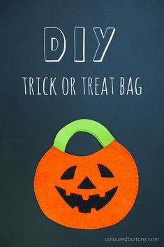 Easy peasy DIY halloween trick or treat bag Diy Halloween Trick Or Treat Bags, Halloween Crafts For Kids To Make, Halloween Sewing, Fall Sewing, Fun Crafts For Kids, Crafts To Do, Halloween Kids, Diy For Kids, Halloween Designs