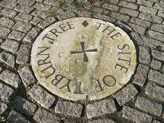 Tyburn. Marca la ubicación del patíbulo (el 'Árbol de Tyburn'), lugar de ahorcamiento de los condenados hasta el siglo XVIII. Hay tres marcas, una en Marble Arch y dos en la esquina de Edware Road con Bayswater Road.