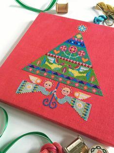 Merry and Bright Christmas Tree modern cross par SatsumaStreet