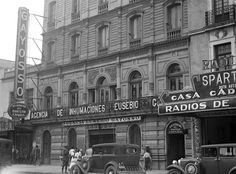 La sede de la funeraria Gayosso, ubicada en la avenida Hidalgo, alrededor de 1935. El sitio que ocupó esta construcción hoy es parte del Teatro Hidalgo.