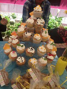 Cupcakes con crema agras, limón coco, mango, naranja y rosas