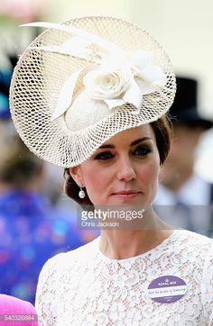 Kate Middleton looked beautiful in a cream Dolce and Gabbana lace dress and a woven Jane Taylor fascinator adorned with feathers at the Royal Ascot. Style Kate Middleton, Kate Middleton Photos, Duchess Kate, Duchess Of Cambridge, Meghan Markle, Turbans, Royal Ascot Hats, Princesa Kate Middleton, Fascinator Hats