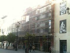 Obras de limpieza y consolidación de la fachada de este edificio regionalista situado en la calle Constitución, en el centro de Sevilla.