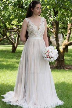 a10799684a80c 25 Wedding Dresses That Are Perfect for Curvy Brides