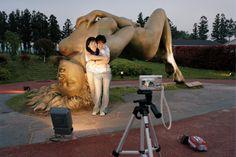 """Typisches Pärchen-Posing: Mann und Frau vor einem Kunstwerk mit dem Titel """"Der Orgasmus"""". Fest liiert muss man für so ein Foto nicht sein. Schon beim Daten macht man gerne Selfies"""
