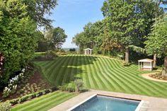 Modern garden by Flairlight Designs Ltd. https://www.homify.co.uk/ideabooks/42176/british-luxury-at-its-finest