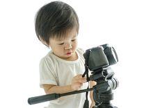 Ja, der richtige Umgang mit so einem Ding will gelernt oder zumindest geübt sein. Das Unternehmen Vanguard stellt aktuell zwei kostenlose .pdf-Dateien zum Download bereit, die sich mit Tipps und Tricks zu Stativen und Kamerataschen beschäftigen.  http://camera-magazin.de/news/stative-taschen-kamerakoffer-kostenloser-ratgeber/