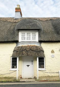 Thatched cottage in Godshill Isle of Wight for a quintessential British honeymoon vacation Honeymoon Style, Honeymoon Vacations, Isle Of Wight England, Holiday Lettings, English House, And So The Adventure Begins, Cozy Cottage, Ultimate Travel, Trip Planning
