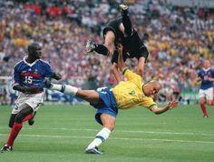 Barthez vs Ronaldo - World Cup 1998 Brazil Football Team, World Football, Football Soccer, World Cup Teams, Fifa World Cup, Fabien Barthez, Brazil World Cup, Football Wallpaper, Soccer Players