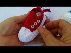 YouTube Crochet Converse, Crochet Baby Booties, Crochet Slippers, Crochet Gifts, Free Crochet, Knit Crochet, Crochet Baby Blanket Beginner, Handmade Gifts For Friends, Cute Baby Shoes