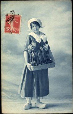 Postcard Niederlande, Junges Mädchen in traditioneller Landestracht, Blumen,Holzschuhe #NoordHolland #Volendam