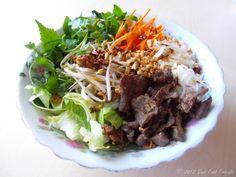 Bún bò Nam Bộ je mezi českými milovníky vietnamské kuchyně již známý pojem. Zaslouženě šplhá pomaloučku nahoru po žebříčku top oblíbených pokrmů. A vy si jej teď můžete připravit už i doma :)