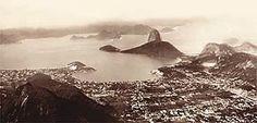 Encarapitado no alto dos 710 metros do Corcovado, Ferrez usou uma câmera panorâmica para captar a Enseada de Botafogo, em 1885, quando o Pão de Açúcar ainda estava longe de ter bondinho