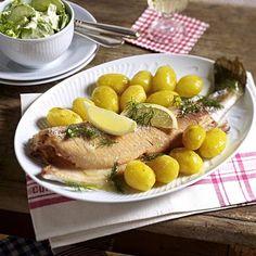 Lachsforelle aus dem Ofen mit Gurken-Schmand-Salat Rezept | LECKER