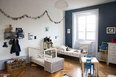 Une chambre d'enfants remplie de petits détails, de mélanges de meubles et de souvenirs, avec parquet en point de Hongrie.