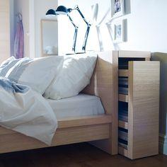 Meuble Ikea : 10 astuces de dressing et rangement - Astucieuse cette tête de lit qui se transforme en meuble de rangement. Une vraie cachette secrète de grand. Cadre de lit Malm - Ikea Pan. Fibres de bois, pan. partic., placage chêne. Vernis ... - Au rayon gain de place, je demande les meubles Ikea ! La marque suédoise déploie en effet toute son inventivité pour inventer des rangements qui font gagner plein de place.