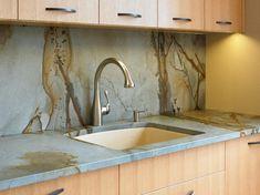 crédence de cuisine en granite gris et beige, meubles de rangement en bois clair…