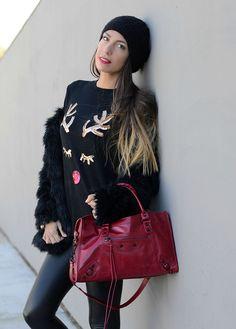 Maglione natalizio e borsa rossa
