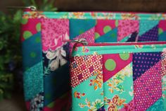 Gizoca | Blog Oficial                                                                                                                                                                                 Mais                                                                                                                                                                                 Mais Crazy Patchwork, Patchwork Bags, Quilted Bag, Bag Quilt, Diy Bags No Sew, Zipper Bags, Zipper Pouch, Sewing Projects, Sewing Crafts