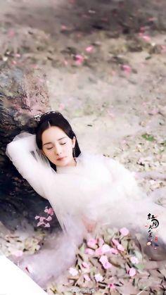 Yang Mi 杨幂 Chinese Wallpaper, Love Wallpaper, Eternal Love Drama, Asian Photography, Chines Drama, Best Love Stories, Peach Blossoms, Female Stars, Hair Ornaments