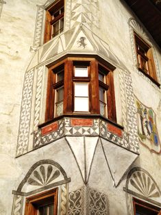 Ein Engadinerhaus in Müstair mit dem typischen Sgrafitto-Muster. Outline Drawings, Sgraffito, Switzerland, Pottery, House Design, Painting, Ceramica, Pottery Marks, Painting Art