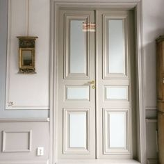 Pekné zvrstvenie farieb so záverečnou Ľanovou. #reštaurovanie #dvere #ottossonfärgmakeri foto: @culturelli Armoire, Life, Furniture, Home Decor, Clothes Stand, Decoration Home, Closet, Room Decor, Reach In Closet