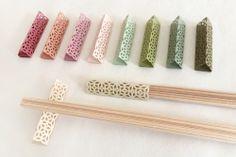 四角形の紙を三角に折り、お箸を差し込んで箸袋として使い、食事中には箸置きにもなるという「cohana(こはな) 折紙式のお箸飾り」が人気だ。
