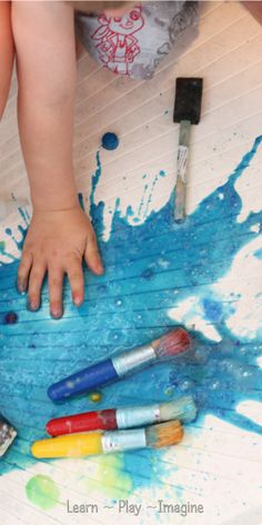 How to make bath paint that FIZZES!  It entertains little ones for long periods of time and then washes clean down the drain.
