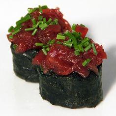 Gunkan de tartar de atún en sushi