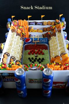 Have you ever wanted to have a Snack Stadium at your Super Bowl Party? Well, maybe this year is the year to actually execute this idea! Let's be honest, there won't be any shortage of food at your party. Party Drinks, Party Snacks, Party Nibbles, Football Stadion, Football Food, Football Things, Football Cupcakes, Cute Snacks, Sports Food