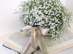 Unconventional yet simple bouquet of daisies