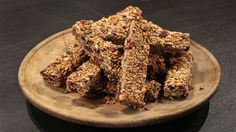 Havrecrunch-bars | SVT recept Clean Eating Sweets, Health Bar, Energy Bars, Lchf, Vitamins, Food And Drink, Homemade, Desserts, Pastry Chef