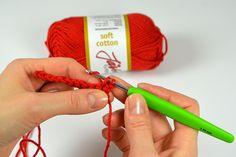 Hjärtligt välkommen till vår virkskola för nybörjare! Här behöver du inga förkunskaper, utan bara en vilja att virka. I denna första lektion kommer vi gå igenom hur man kommer igång med … Crochet Round, Weaving, Diy Crafts, Christmas Ornaments, Knitting, Holiday Decor, Creative, Tutorials, Threading