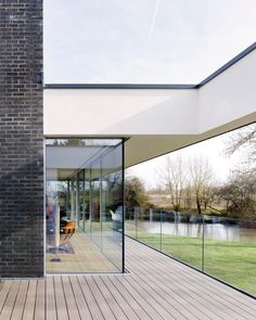 Narula House raised on stilts over River Thames flood zone British Architecture, London Architecture, Flooded House, Raised House, House On Stilts, Solar Shades, Flood Zone, Floating House, River Thames