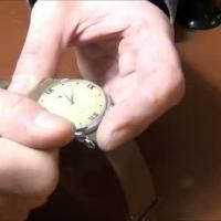 Para accionar el movimiento de un reloj de carga manual o automática, dele cuerda manualmente antes de sujetarlo a la muñeca.