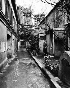 Robert Doisneau // Painter Key Sato, Cité Falguière, Paris, 1960. ( http://www.artvalue.com/auctionresult--doisneau-robert-1912-1994-fran-1-l-atelier-de-calmettes-boule-3299477.htm