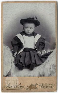 Portret dziecka. Zakład fotograficzny Arbus i Synowie. Polska - Częstochowa. 1910. Utwór w domenie publicznej.