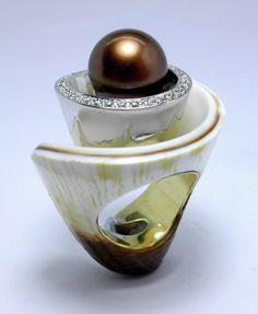 RING SHELL: yellow and white gold, 32 diamonds 0,48 ct. 1 black Thaiti pearl 12 m/m 16OS0225