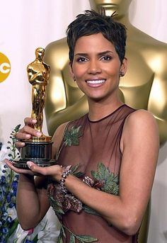 Beauty - Halle Berry's Tousled Pixie Glowing and radiant at the 2002 Oscars, Berry's tousled pixie was a daring move on this historic night, where she became the first African American woman to win an Oscar for Best Actress. Halle Berry Oscar, Halle Berry Pixie, Oscar Hairstyles, Celebrity Hairstyles, Teen Hairstyles, Casual Hairstyles, Medium Hairstyles, Braided Hairstyles, Black Actresses