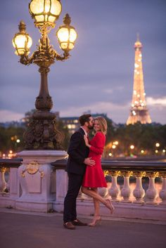 Evening Engagement Session: Louvre, Tuileries and Pont Bir Hakeim - Pictours™ Paris Photography Paris Pictures, Paris Photos, Couple Pictures, Paris Photography, Couple Photography, Photography Poses, Romantic Paris, Romantic Couples, Paris Engagement Photos