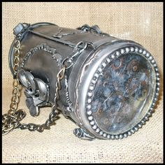 Steampunk Clutch Purse I could so make this, hmmm I smell a new project. Time to break out dad's welder! Costume Steampunk, Steampunk Pirate, Steampunk Diy, Steampunk Clothing, Steampunk Fashion, Steampunk Couture, Belt Purse, Steampunk Accessories, Dieselpunk