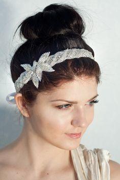 Die Strass Haarband mit Silber geperlt Blüten ist ein perfekt Kopfschmuck zu Ihre Hochzeit Frisur.  Die Haarband ist mit reinen Seide gefüttert, so...