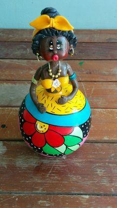 Boneca em Cabaça com Faixa Amarela pintada e modelada a mão. <br> <br>Por ser um produto artesanal, alguns detalhes da pintura podem sofrer pequenas variações. Decorative Gourds, Hand Painted Gourds, Bottle Art, Bottle Crafts, African American Figurines, African Dolls, Paper Mache Sculpture, Arts And Crafts, Paper Crafts
