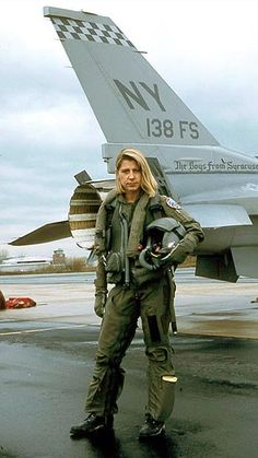 First female USAF test pilot, Capt Jacquelyn S Parker, graduated from the Air Force Test Pilot School at Edwards AFB in 1989 - FAST Museum ✈ Female Fighter, Fighter Pilot, Fighter Jets, Female Pilot, Female Soldier, Grand Caravan, Military Women, Military History, F 16 Falcon