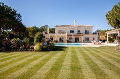 Cette belle villa traditionnelle située à Quinta do Lago, offre de magnifiques vues sur le golf de la première rangée! En savoir plus: www.oando.pt/fr/immobilier-portugal/maison-algarve-vendre-quinta-do-lago-198